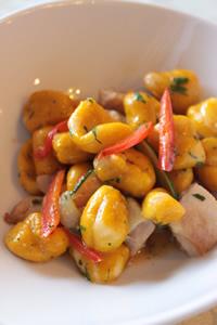南瓜とリコッタチーズのニョッキ、鶏肉と夏野菜のカルダモン風